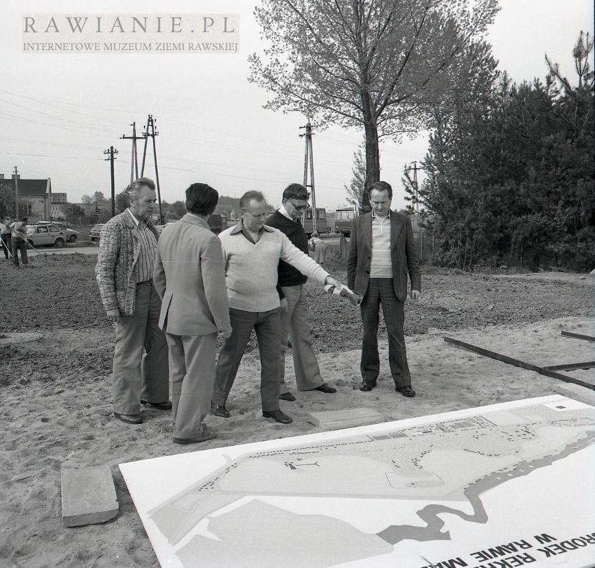 1978 władze Rawy oglądają plan Zalewu Tatar
