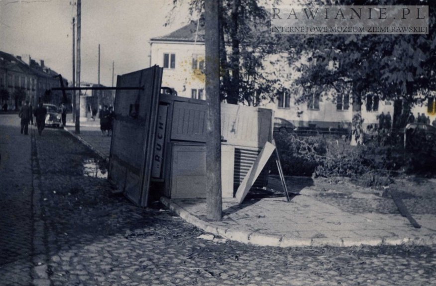 Huragan 1958 rok - przewrócony kiosk