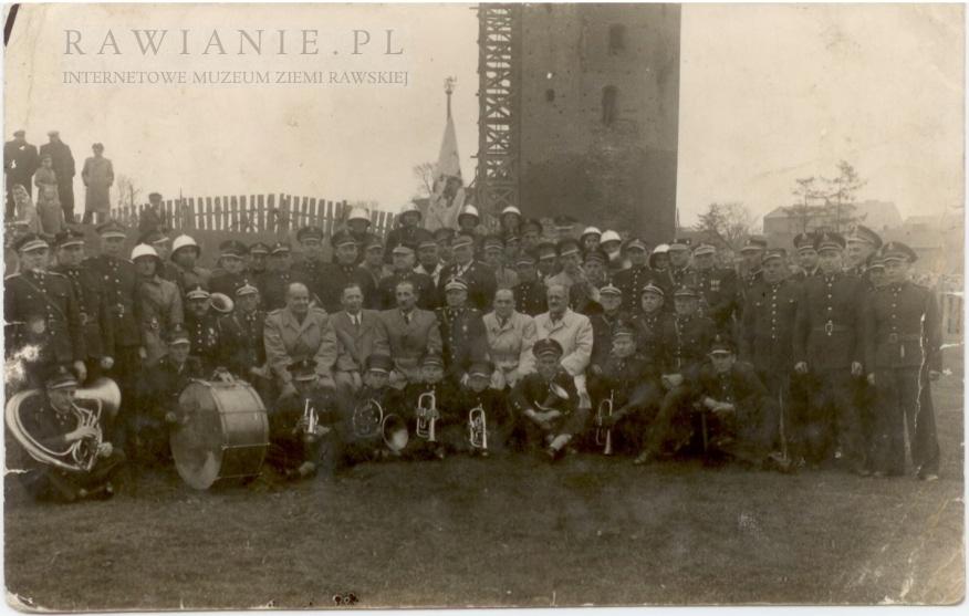 Strażacy - orkiestra a w tle rekonstrukcja baszty lata 1954-58