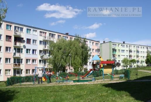 Wczoraj i dziś: plac zabaw na osiedlu Solidarności/XXX-lecia PRL